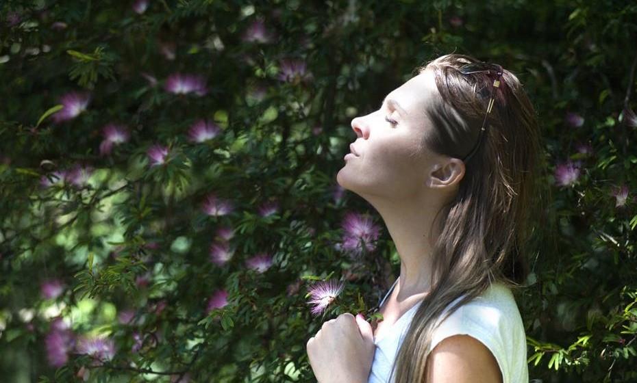 Crie uma rotina agradável: Se antes de ir para o trabalho, tiver coisas que a deixam feliz para fazer, não vai custar tanto a sair da cama. Por exemplo, vá ao ginásio pela manhã, ou escolha tomar sempre um pequeno-almoço reforçado com a sua cara-metade, medite ou trate das plantas na varanda, leia ao sol ou faça outra atividade de que goste. Ou escolha uma atividade diferente por dia, de forma a não se aborrecer. O importante é acordar excitada todas as manhãs.
