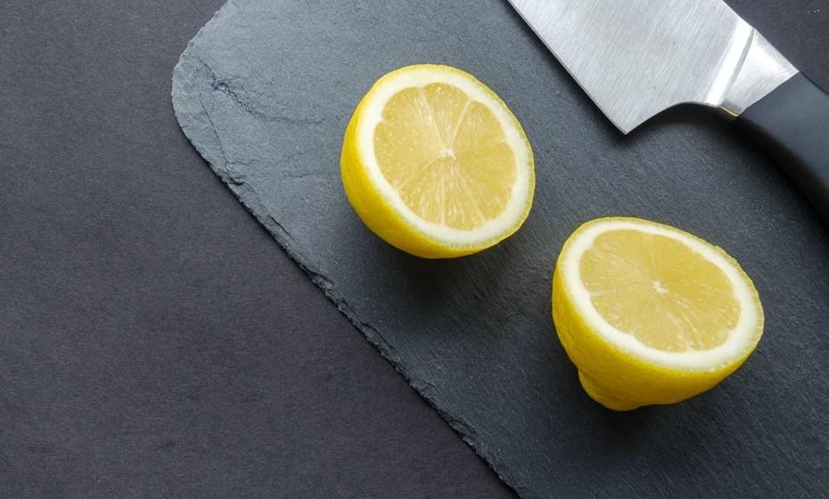 Não é à toa que está em todos os detergentes para a loiça. O limão tem propriedades desinfetantes sem comparação. Um autêntico terror para as bactérias. Pode, por isso, usá-lo no seu formato natural em muitas situações… e ainda poupa dinheiro.