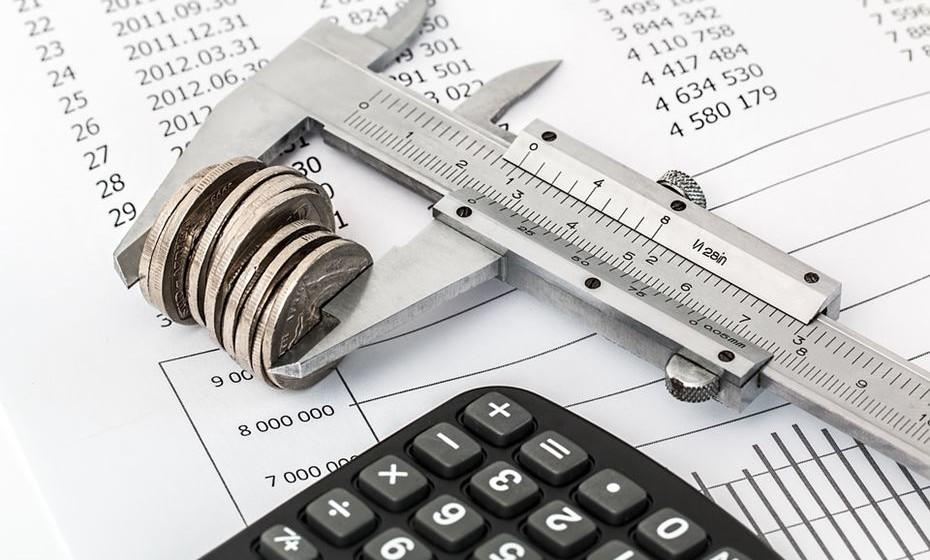 Construa um orçamento realista que abarque todas as áreas da sua vida, com os plafonds máximos a usar para cada uma delas. Mantenha-se firme e respeite o orçamento.