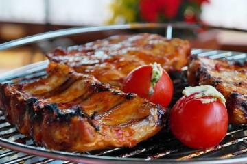 Alguns alimentos contêm ingredientes que podem ser tóxicos e nocivos à saúde, sendo os mais comuns os AGEs (produtos finais da glicação avançada). Estes podem estar presentes em alguns alimentos (ex: carne e manteigas) ou podem ser formados no ato da confeção. Damos-lhe algumas dicas para minimizar a sua ingestão.