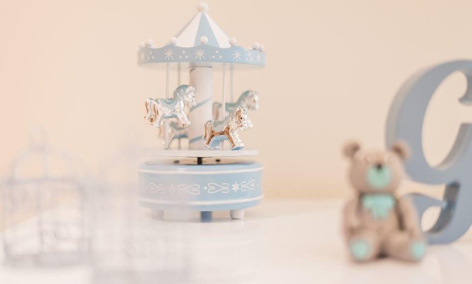 Agora que já tem as peças funcionais mais importantes do berçário, pode começar a decorar o resto do quarto. As adoráveis e eternas caixinhas de música que até em adultos nos transportam para o imaginário e a felicidade de ser criança.