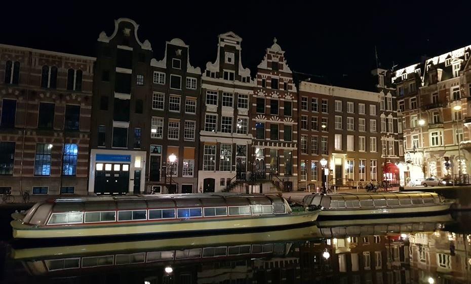 Também pode visitar a cidade a pé à noite. As ruas estão sempre movimentadas e as casas  e os canais ganham uma nova magia.