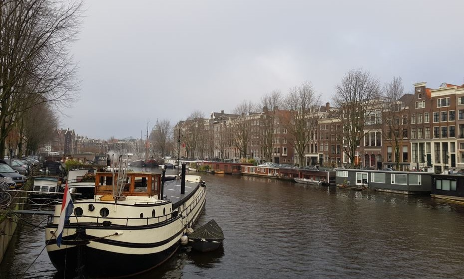 Outra das curiosidades de Amesterdão são os barcos casa, atracados nas margens dos canais, que servem de residência a habitantes locais.