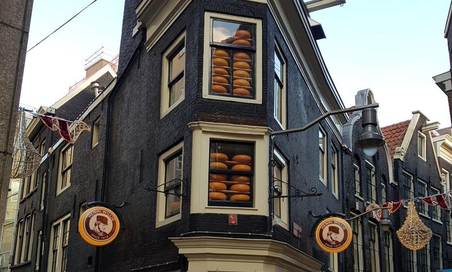Por toda a cidade vê lojas específicas para venda de queijos.