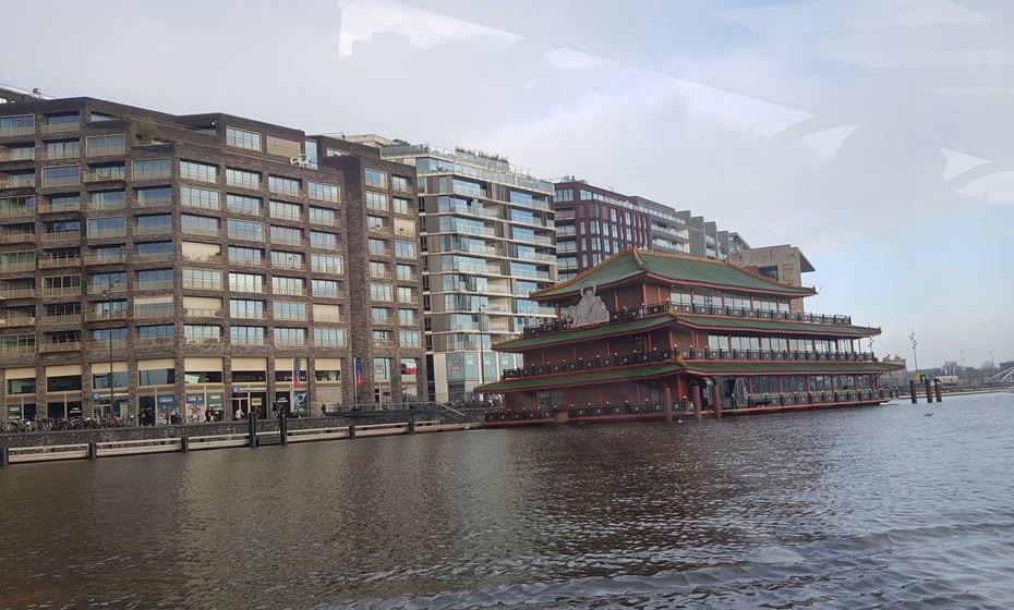 No passeio de barco, vai passar por um enorme restaurante chinês dentro de água. É uma réplica de um que existe em Hong Kong. Só que lá tem 5000 lugares e este tem 700.