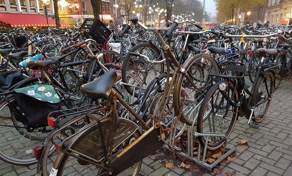 Milhares de bicicletas enchem as ruas e passeios de Amesterdão. Por ser muito plana, a Holanda oferece as condições ideais para ciclistas.