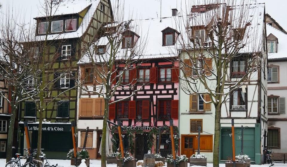 """Christkindelsmärik – Estrasburgo, França - Visto como um clássico dos mercados de Natal europeus, o Christkindelsmärik de Estrasburgo – também conhecido como Marché de l'Enfant Jésus – é um dos mais antigos da Europa, datando a 1570. Com 300 chalés de madeira espalhados por 11 aldeias temáticas no centro da cidade, o mercado principal fica na Place de la Cathédral e oferece um leque variado de artesanato, decorações e especialidades sazonais. Quanto às tradições natalícias, aqui poderá encontrar vin chaud (vinho quente) e biscoitos bredele, uma especialidade local com sabores desde avelã, laranja, canela ou praliné. É caso para dizer """"Bon appétit""""!"""