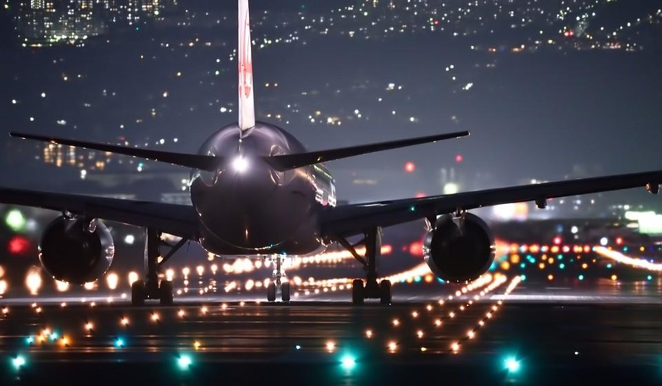 Os portugueses podem economizar se viajarem à noite. Viajar para destinos europeus entre as 18h e as 4h da manhã pode resultar em voos até 7% mais baratos em comparação com voos a sair ao meio-dia (12h-14h), quando uma viagem de ida e volta custa uma média de 142€.