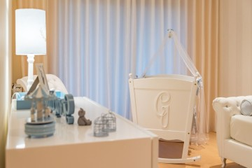 A cama está pronta para receber com todo o conforto o seu primeiro filho. Se quiser tornar o leito ainda mais especial, personalize o berço com a inicial do bebé e com sistema de embalar.
