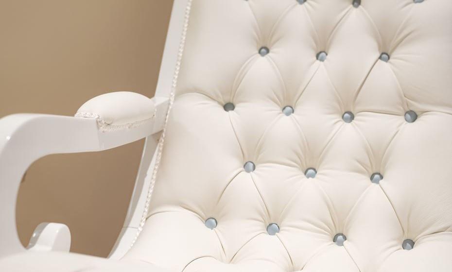 Também pode personalizar ao pormenor outros objetos, como, por exemplo, os botões de outro tom na cadeira de baloiço.