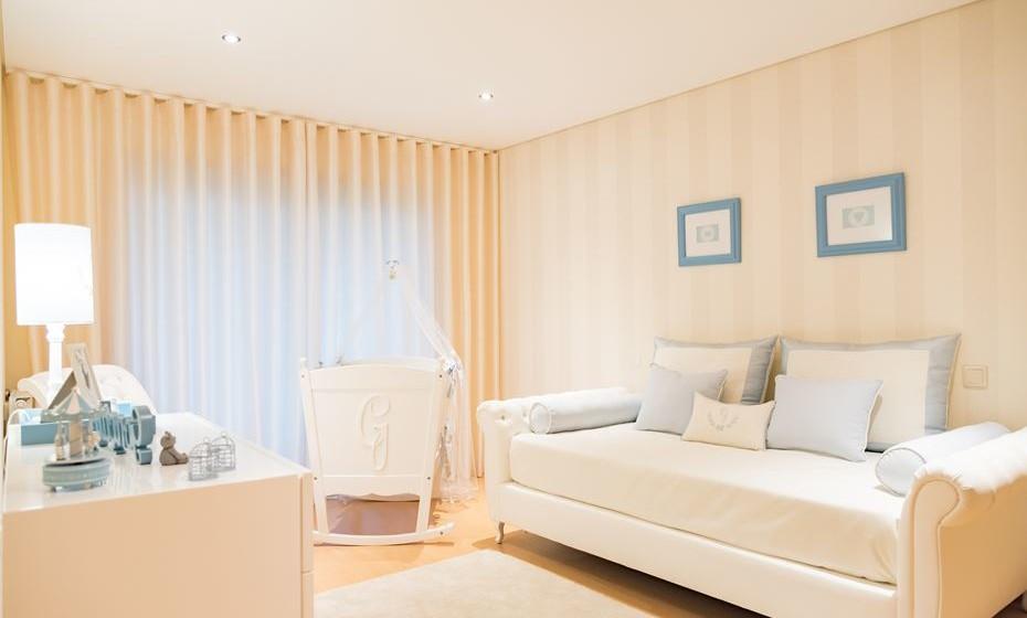 Para ganhar espaço, opte por uma cama encostada à parede para obter uma boa circulação dentro do quarto. Eles são pequeninos, mas vai ficar admirada com a quantidade de coisas que vai ter para a criança.