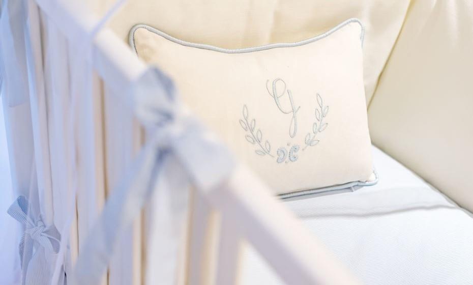A roupa para a cama e o berço bem combinados fazem um par perfeito e a atração principal do quarto. É também um ótimo lugar para iniciar um tema decorativo ou a base da paleta de cores que escolheu para o espaço. Recorde-se de escolher cores neutras e suaves. Aposte nos têxteis bordados, para conferir maior personalização ao espaço.