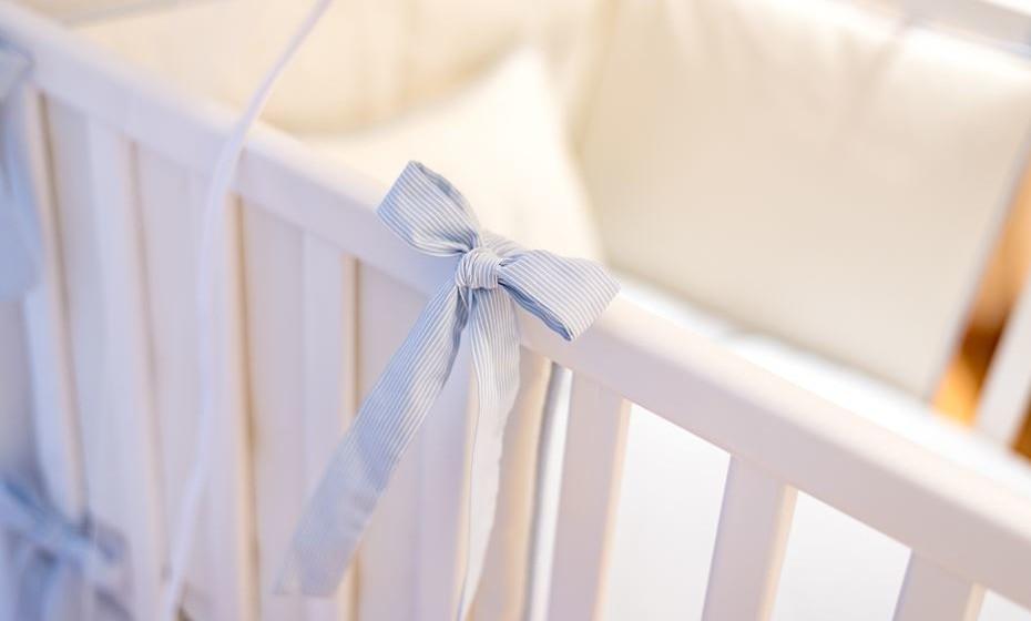Utilize resguardos de fibras naturais para facilitar a transpiração do bebé, e entrelace um bonitos laços no berço para o segurar.