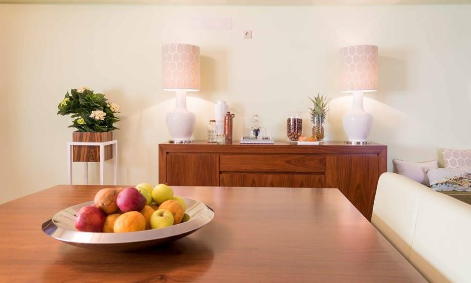 Os acessórios temáticos do outono já estão há muito nas lojas, desde velas perfumadas a cestos de vime, tal como a mãe Natureza nos dá a fruta da época que fica sempre um encanto no centro da mesa.