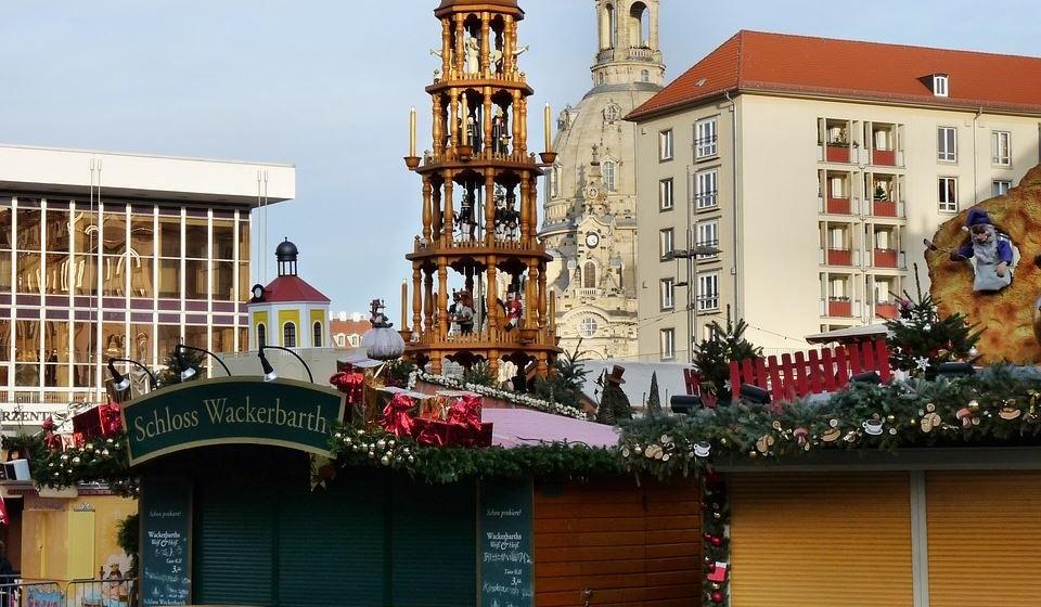 Dresdner Striezelmarkt – Dresden, Alemanha - O mercado mais antigo da Alemanha já conta com quase 600 anos. Aqui, os artesãos da região reúnem-se em cerca de 250 bancas, oferecendo desde enfeites de madeira e quebra-nozes a pirâmides de velas tradicionais. Aqui encontrará o maior arco de Natal do mundo, bem como um parque de aventuras para crianças com um teatro de marionetas, um carrossel e um caminho-de-ferro infantil. O nome do mercado faz referência a Strüzel ou Stroczel, um bolo com frutos que é vendido no mercado, agora conhecido como Stollen. Poderá encontrar outras iguarias doces e salgadas como os famosos Glühwein (vinho quente) e Pulsnitzer Pfefferkuchen (pão de gengibre recheado de doce e coberto de chocolate).