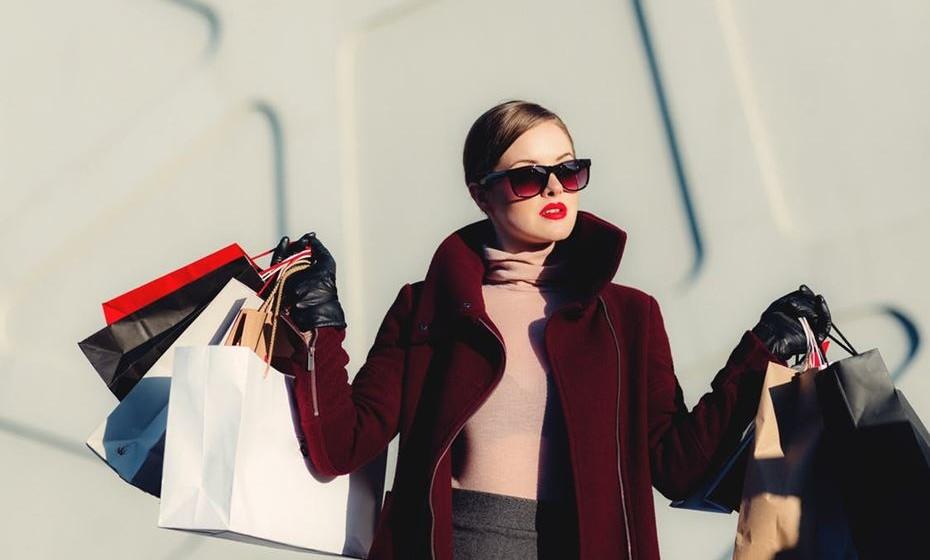 Distribuir os sacos das compras por ambos os braços, evitando carregar o peso de um só lado.