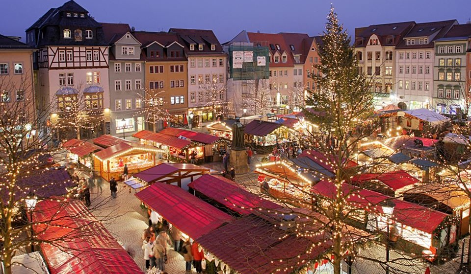 Stortorget Julmarknad – Estocolmo, Suécia - Situa-se no coração da Cidade Velha de Estocolmo e é um dos mercados de Natal mais antigos que existem – é, sem dúvida, o mais antigo da Suécia, tendo tido início em 1837. Este mercado tradicional decorre na praça central da cidade e conta com 40 bancas vermelhas que condizem na perfeição com o cenário histórico onde se situam.  Enquanto explora o artesanato local, opte por aquecer-se com um copo de glögg (vinho quente doce com uma mistura aromática de especiarias), e não deixe de provar os doces de Natal suecos tradicionais como as pepparkakor (bolachas de pimenta) e os saffransbullar (pães de açafrão). Já provou carne de alce ou rena? Então não perca também essa oportunidade.