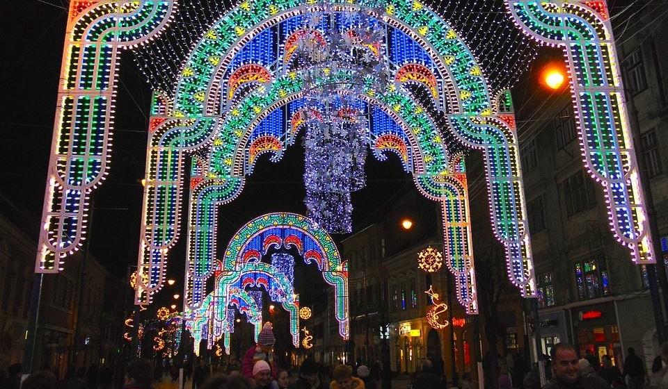 Piața Mare – Sibiu, Roménia - Com três bonitas cordilheiras ao seu redor, o mercado de Natal de Sibiu situa-se na Grande Praça, no centro histórico da cidade, e é romântico por natureza.  Opte por passear ao longo dos 70 casebres e aprecie a cerâmica, peles e brinquedos de madeira, antes de ir para o rinque de patinagem ou o parque infantil. Aqui, a fome ataca-se com vinho quente, pão de gengibre e castanhas assadas, porém deixe algum espaço para o cozonac (pão doce) e o Kürtőskalács (um bolo no espeto em forma de cone).  Bonita em qualquer altura, nesta altura do ano é muito provável que Sibiu o brinde com um Natal branquinho.