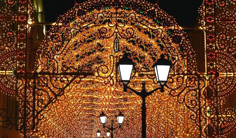 A Praça Vermelha – Moscovo, Rússia - A feira de Natal da Praça Vermelha de Moscovo conta com a majestosa Catedral de São Basílio como pano de fundo e está rodeada das muralhas imponentes do Kremlin, sendo um dos mercados de Natal mais impressionantes. Conta com 20 bancas que vendem decorações de Natal e lembranças locais, como bonecas russas artesanais e outros brinquedos Khokhloma pintados à mão. Lá terá ainda um dos maiores ringues de patinagem de Moscovo, bem como um pequeno parque para as crianças. Siga para as bancas de comida para provar pratos tradicionais russos, como batatas assadas com cogumelos e pickles, ou panquecas com caviar. Termine com a inevitável combinação natalícia: vinho quente e pão de gengibre russo. Como os russos só celebram o Natal a 7 de janeiro, o mercado dura até ao final desse mês. Tem imenso tempo para aproveitar!
