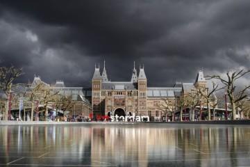 A capital holandesa é o destino perfeito para uma escapadela de fim de semana. Quem sabe no próximo? A pé ou de bicicleta, conheça a cidade dos canais, deixe-se encantar pelos bairros históricos, faça compras nos mercados de rua ou visite um dos muitos museus. Fazemos-lhe uma visita guiada.