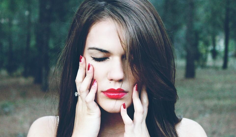 Mas nem sempre o batom vermelho foi bem visto. Em 1770, o Parlamento Britânico aprovou uma lei que afirmava que uma mulher que usasse batom vermelho poderia ser acusada de bruxaria.