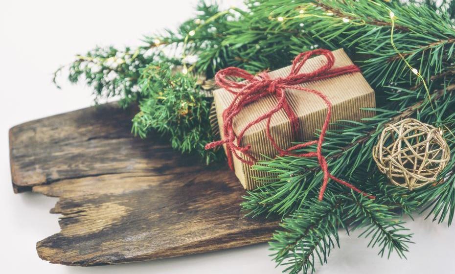 Este ano, este estilo voltou em força e vai ajudar destacar os seus presentes. Veja de seguida como fazer oito embrulhos originais, que vão surpreender todos neste Natal.