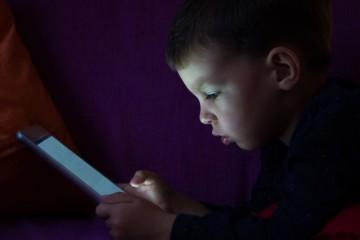 É uma visão conhecida da maioria das famílias: crianças e jovens inclinados sobre um smartphone, tablet, consola ou computador, durante horas, perdidos no mundo digital. Será que é tempo a mais, perguntam os pais? Esta é a pergunta errada, segundo um novo estudo realizado pela Universidade de Michigan, EUA, que diz que é a forma e não o tempo é que é o indicador a ter em conta. Veja de seguida os sinais a ter em conta.
