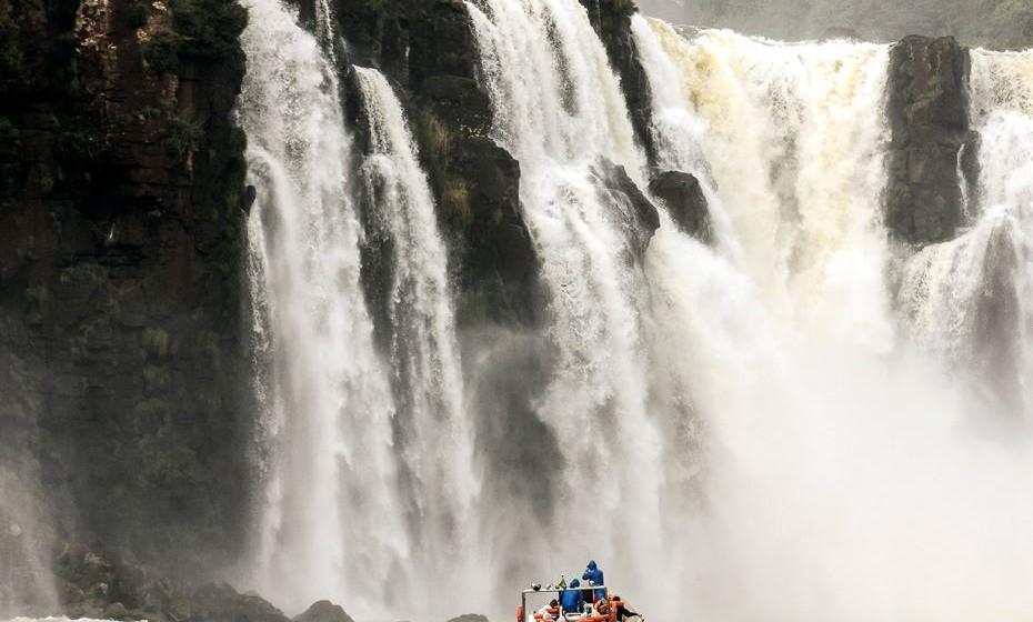 As cataratas do Iguaçu, localizadas na fronteira entre o Brasil e a Argentina, fazem com que todas as outras cachoeiras pareçam meras poças de água. O sistema de mais de 200 cascatas pode ser visto a partir de passadiços circundantes, mas os mais aventureiros podem sentir a adrenalina de descer uma queda de água numa jangada e sentir na pele a alta pressão da água.