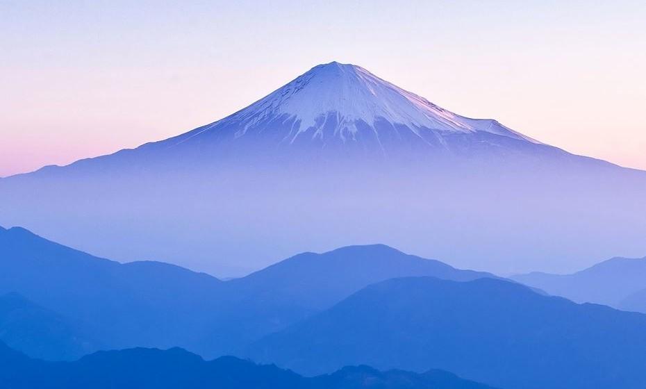 Subir ao Monte Fuji, no Japão. Subir uma montanha é sempre majestoso e esta é mais uma que deve constar do livro de experiências dos aventureiros. É um vulcão ativo, apesar de ter baixo risco de erupção. Mas não deixa de ser emocionante sentir a Terra a fervilhar debaixo dos pés.