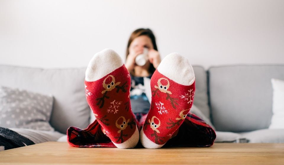 E, claro, vista-se com roupas quentinhas e que acumulam o calor. Que tal um pijama polar e umas meias de lã?