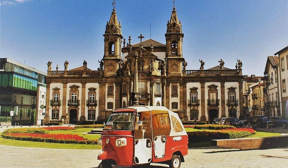 """Braga, Portugal - Braga é conhecida como a """"Roma de Portugal"""" devido à sua arquitetura, encontrando-se repleta de catedrais deslumbrantes, incluindo a Sé de Braga do século XII (Catedral de Braga) e a Capela da Árvore da Vida, toda em madeira. Embora seja uma cidade histórica, a sua elegante arquitetura, as praças majestosas e os passeios pedestres escondem um coração jovem."""
