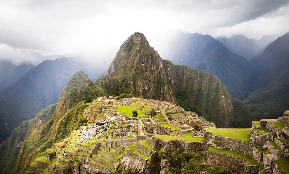 Nenhum livro de viagens está completo sem uma passagem por Macchu Picchu, a cidade perdida dos Incas localizada no Peru. Pode ir de autocarro ou aventurar-se numa caminhada de cinco dias, absorvendo o espirito ancestral deste povo e da natureza envolvente.