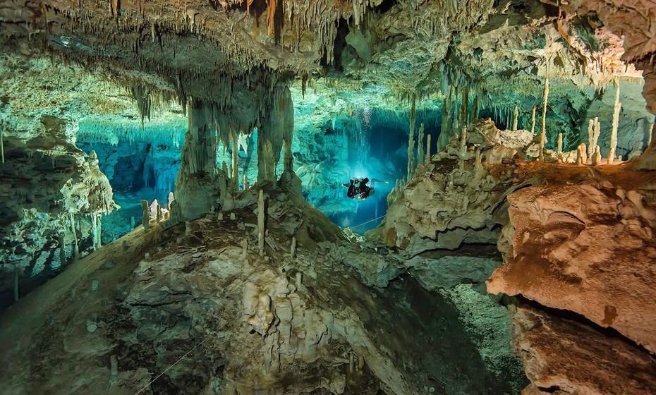 Mergulhar nos cenotes mexicanos. Estas são grutas cheias de água de uma beleza indescritível.  Em Tulum, visite os Dos Ojos, pois é um dos sítios subaquáticos mais bonitos do planeta, ou o Gran Cenote, pois tem formações rochosas que se assemelham à arquitetura gótica.