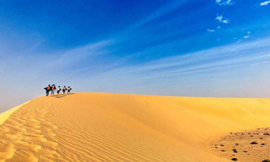 As dunas do deserto Sahara são colossais, intocadas e feitas sob medida para desportos radicais. As fileiras de barchans (dunas em forma convexa) são ideais para o surf de areia e o sandboarding. E, claro, a magnitude e o silencio são avassaladores.