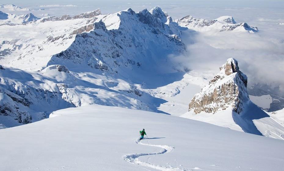 Faça heli-ski na Suíça. Qualquer entusiasta dos desportos de inverno tentou ou quer tentar fazer heli-ski, em que se acede por helicóptero em vez de por um teleférico. A Suíça oferece alguns dos melhores cursos de esqui no mundo em aldeias alpinas como Grimentz e Zermatt, que são tão charmosas quanto épicas.