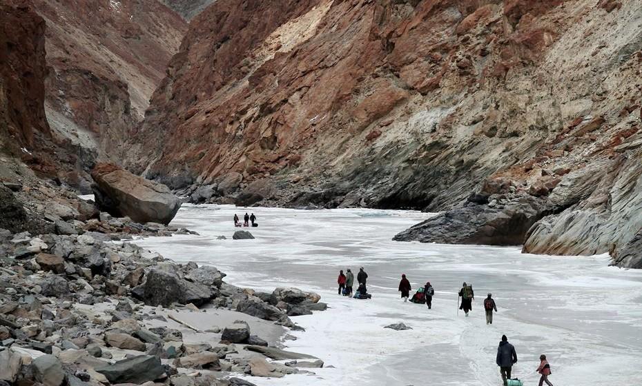 Faça o trilho Chadar Trek e ande pelo rio Zanskar congelado na Índia. Faça caminhadas de nove dias, visitas guiadas e acampe durante a noite no gelo.