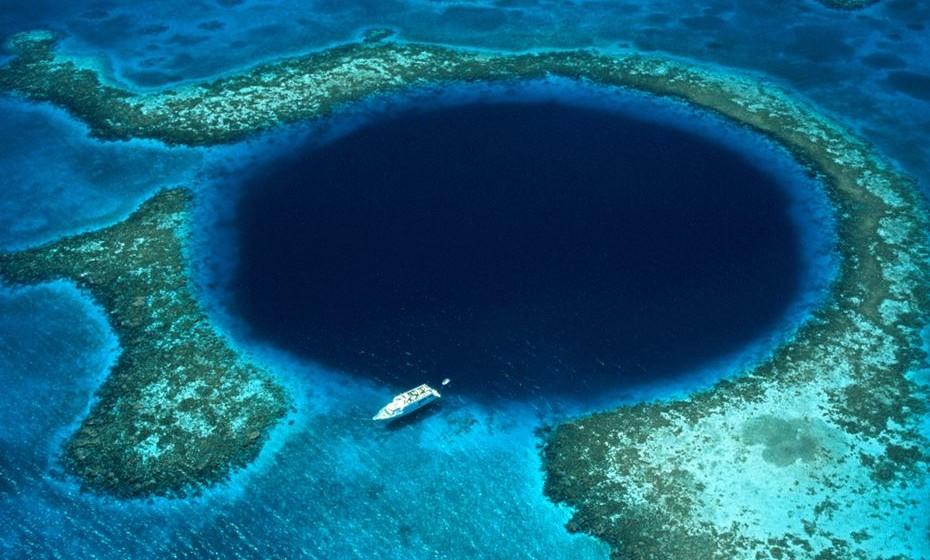 Conhecido pela sua forma circular e a sua cor azul profundamente acentuada, o Great Blue Hole é um sumidouro com centenas de metros de largura no meio do Recife de Belize. Enquanto um voo é suficiente para convencer qualquer um da sua beleza, os mergulhadores são os que observam as maravilhas que ficam por baixo de estalactites e estalagmites de calcário maciço que se formaram durante o último período glaciar.