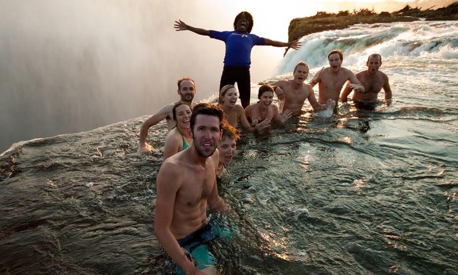 Mergulhe no Devil's Pool em Victoria Falls. Localizado na fronteira do Zimbábue e da Zâmbia, as cataratas atraem milhares de turistas todos os anos. Um dos maiores pontos de interesse é o Devil's Pool, um remoinho formado naturalmente na extremidade das quedas, onde os nadadores ousados podem brincar. Dado que uma barreira de rocha escorregadia é a única coisa que o impede de ir borda fora, este sitio é definitivamente a piscina infinita mais extrema do planeta.