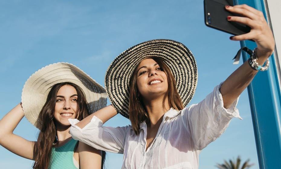 Por esta altura, a qualquer instante pode ser chamada para uma foto de amigos. Mas a fotogenia não é universal, por isso, há um conjunto de regras que pode ajudar a passar no teste... e encher as suas redes sociais de fotos fantásticas.