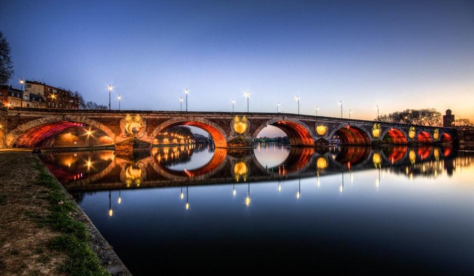 """Toulouse, França - Construída a partir de uma pedra rosa distintiva, Toulouse, conhecida como a """"cidade rosa"""", é elegantemente compacta e, portanto, perfeita para explorar a pé. Admire as mansões - particularmente o Hôtel d'Assézat -, explore o pátio do deslumbrante Capitole, e passeie por Pont Neuf, a ponte do século XV que atravessa o rio Garonne; se quiser atravesse-o de barco."""