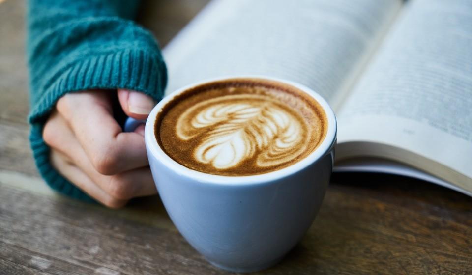 Chá, chocolate quente, cappuccino, sopa quente… sim, falemos de bebidas quentes. São o melhor para elevar a temperatura corporal. Mesmo numa casa fria, uma bebida quente vai manter os níveis de temperatura corporal bem mais agradáveis. E os chás fazem tão bem à saúde…