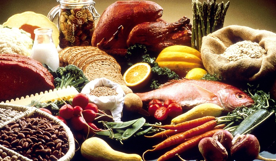 FICAR SAUDÁVEL ANTES DE UMA VIAGEM – coma de forma saudável: uma dieta equilibrada é uma defesa forte - e mais eficaz do que a ingestão de vitaminas.