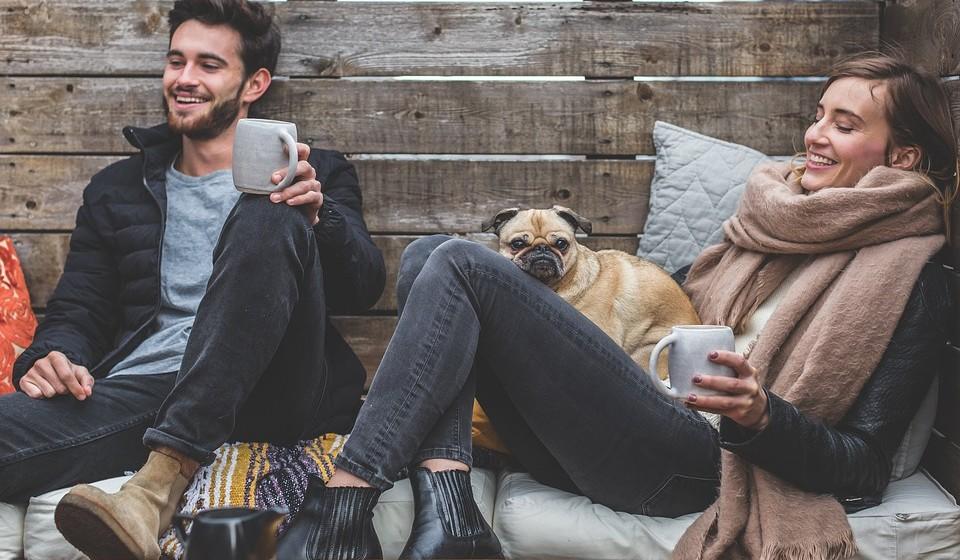 VIAJAR QUANDO ESTÁ DOENTE – evite contacto próximo: é natural, é claro, querer cumprimentar parentes e velhos amigos. Mas mantenha a distância se estiver doente. E não partilhe itens como toalhas ou copos.