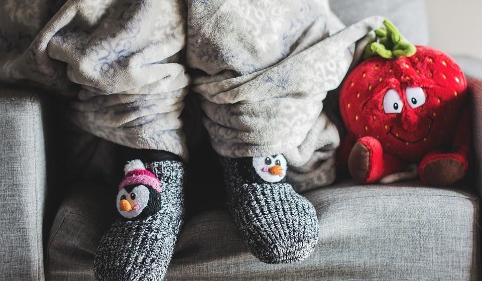 A famosa manta quentinha. Porque vai ligar o aquecimento para estar a ver televisão ou um filme, se pode fazer o mesmo tapando-se com uma manta quente e fofa? Multiplique isto pelas inúmeras noites frias de inverno…
