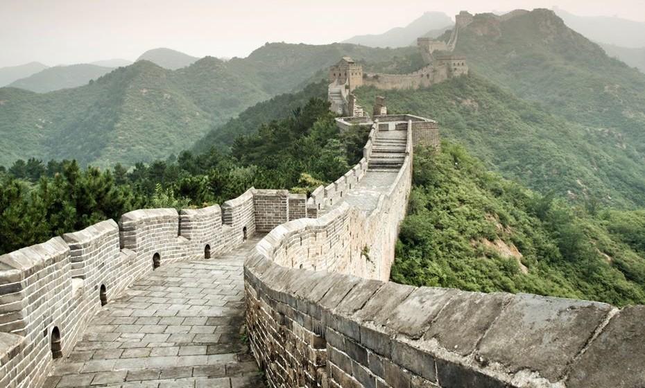 Uma façanha de grande dimensão é percorrer a Grande Muralha da China. Com 21.196km, existem diferentes experiências para diferentes gostos. Pode caminhar durante 12 dias pela muralha ou escolher apenas pernoitar sobre esta gigantesca fortificação.