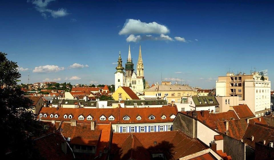 Zagreb, Croácia - Durante os últimos anos a pequena capital da Croácia foi promovida desde uma cidade de passagem para um destino obrigatório. Esta é uma encantadora metrópole com telhados vermelhos no rio Sava, que reúne ruas de paralelepípedos, ateliês e cafés cheios de música para uma fuga vibrante e encantadora.