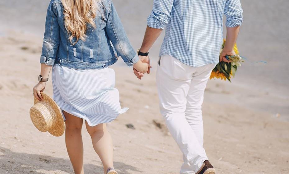 1.O elemento do casal que anda com a parte superior da mão virada para a frente é o que tem mais poder de decisão na relação.