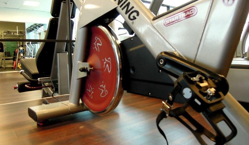 Volte a pedalar naquela bicicleta que comprou para se exercitar em casa. Mesmo que não seja para percorrer 10 km, pedale um pouco para elevar a temperatura corporal.
