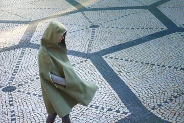 Feitas à mão e em burel, um tecido 100% lã que regula a temperatura corporal e é impermeável, as capuchas são a peça ideal para enfrentar até o inverno mais impiedoso. Conheça este produto português reinventado.