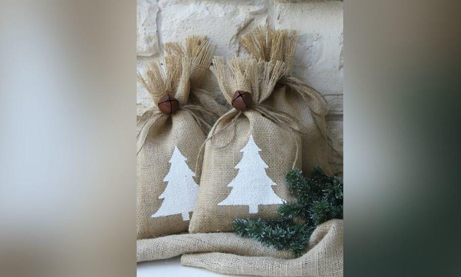 Reaproveite os sacos de alguns alimentos (como os de serapilheira) e aplique motivos natalícios. Termine com um laço de ráfia. Fonte: https://brigadeirosa.com